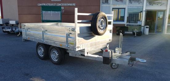 Remorque benne petit modèle robuste 2 essieux avec ridelles en acier  modèle freiné